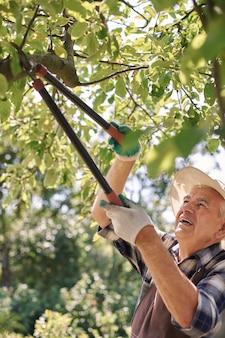 Starszy mężczyzna pracujący w tej dziedzinie