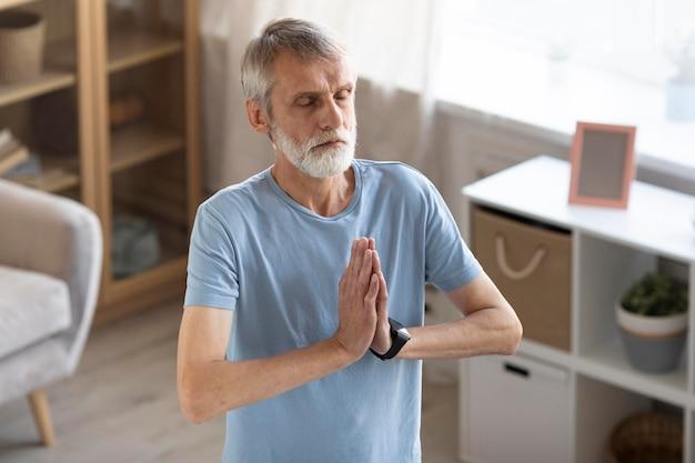 Starszy mężczyzna pracuje w domu