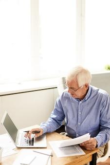Starszy mężczyzna przeglądania internetu w domu
