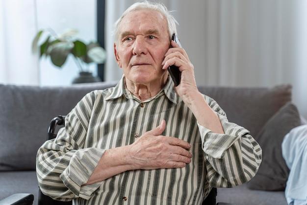 Starszy mężczyzna siedzi na wózku inwalidzkim