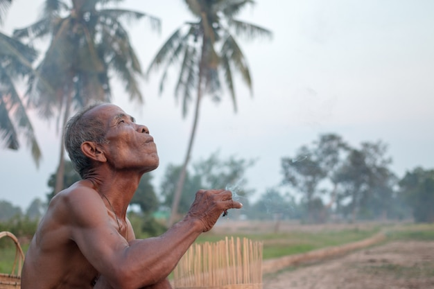 Starszy mężczyzna siedział w dymie