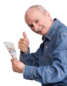 Starszy mężczyzna trzyma banknoty dolarowe na białym tle
