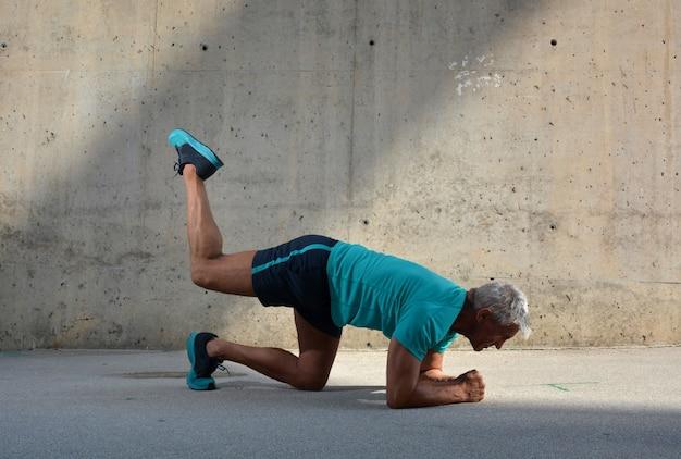 Starszy mężczyzna uprawiający sport
