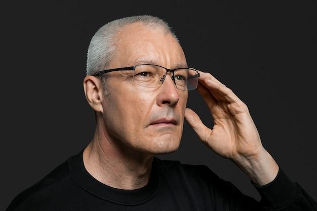 Starszy mężczyzna używający inteligentnych okularów