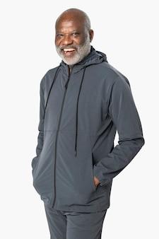 Starszy mężczyzna w ciemnoszarym dresie moda sportowa portret