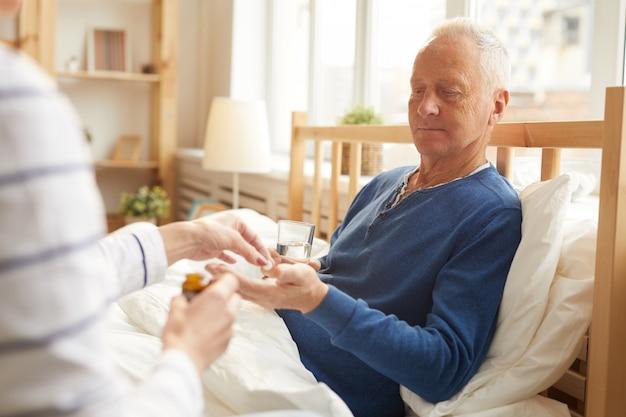 Starszy mężczyzna w leczeniu