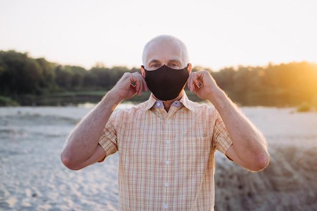 Starszy mężczyzna w masce chroni się przed koronawirusem, pojęciem medycyny i zdrowia