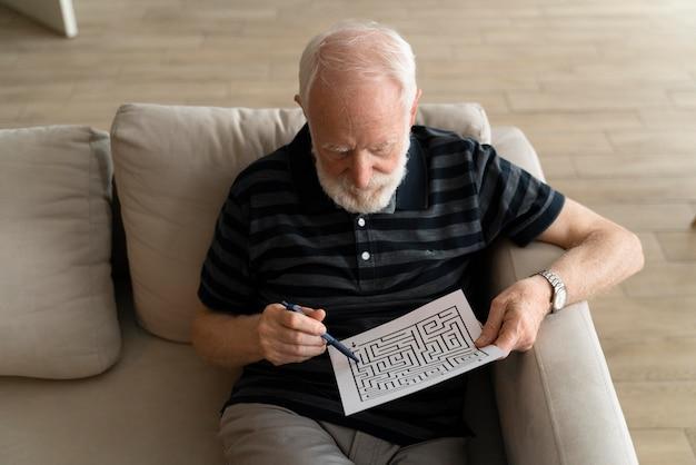 Starszy mężczyzna w obliczu choroby alzheimera