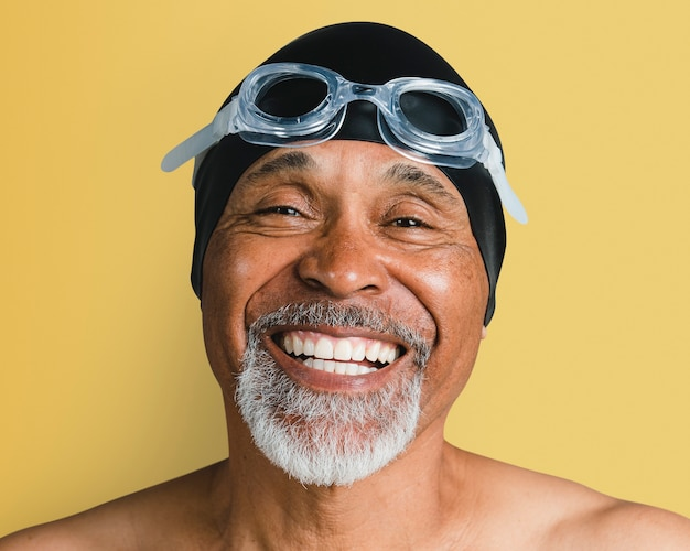 Starszy mężczyzna w okularach do pływania, portret uśmiechniętej twarzy