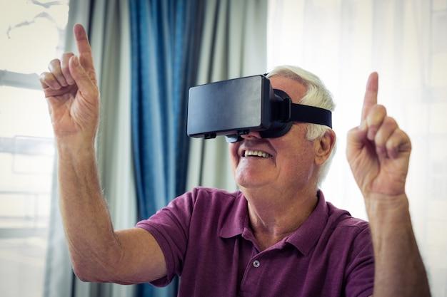 Starszy mężczyzna w okularach wirtualnych