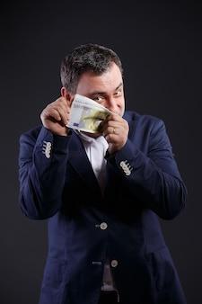 Starszy mężczyzna w wieku biznesu posiadający rachunki euro