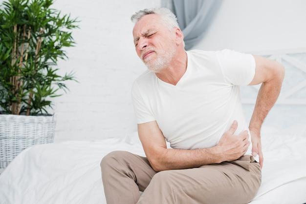 Starszy mężczyzna z bólem pleców