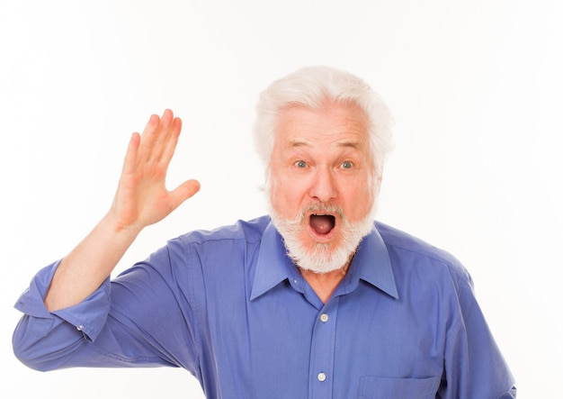 Starszy mężczyzna z brodą krzyczy