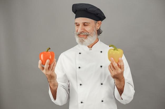 Starszy mężczyzna z czerwonym i żółtym pieprzem. profesjonalne podejście do biznesu.