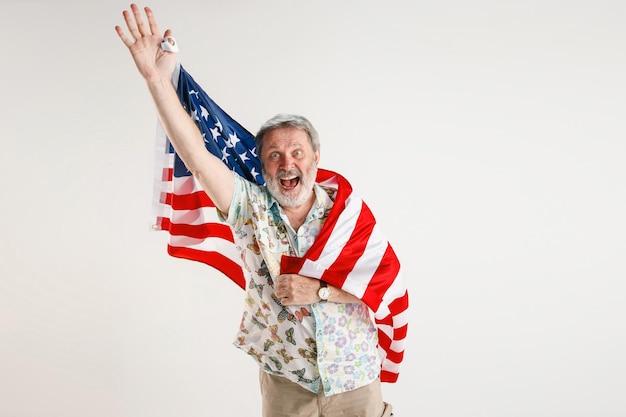 Starszy mężczyzna z flagą stanów zjednoczonych ameryki