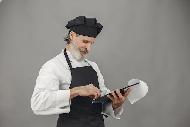Starszy mężczyzna z folderem.