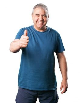 Starszy mężczyzna z kciuk i uśmiechnięte