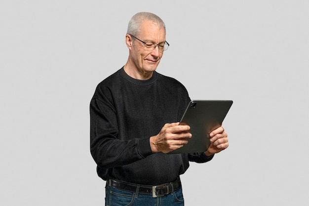 Starszy mężczyzna za pomocą tabletu