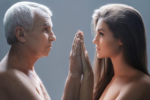 Starszy ojciec i jego młoda córka