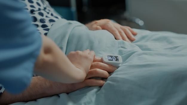Starszy pacjent korzystający z pomocy pielęgniarki na oddziale szpitalnym