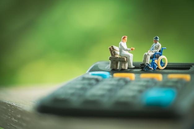 Starszy pacjent na wózku inwalidzkim konsultacji z lekarzem, pojęcie opieki zdrowotnej.