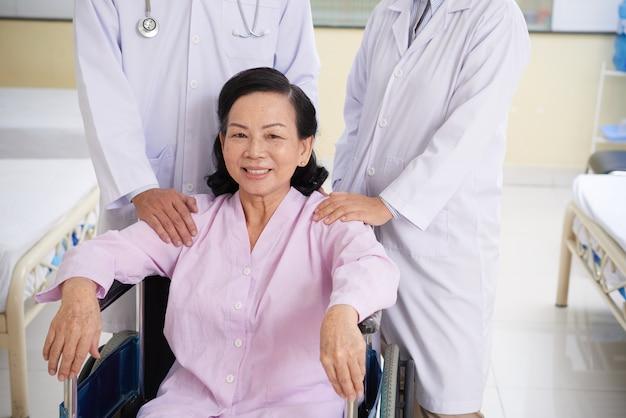 Starszy pacjent na wózku inwalidzkim