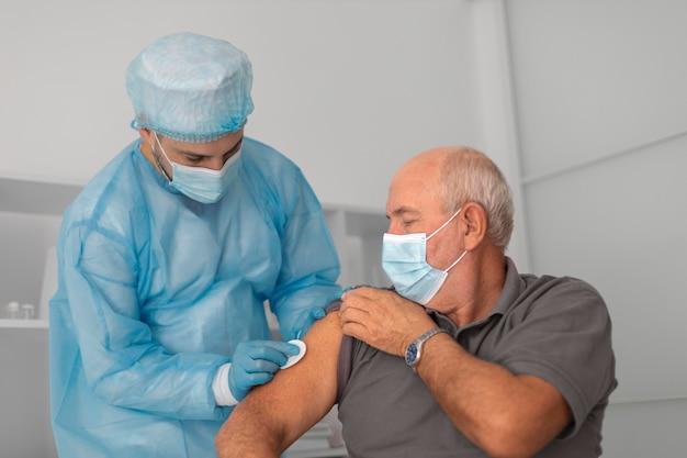 Starszy pacjent płci męskiej zaszczepiony na koronawirusa