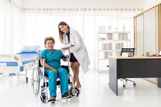 Starszy pacjent sprawdzający docyor