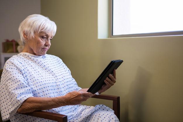 Starszy Pacjent Trzymając Cyfrowy Tablet Premium Zdjęcia