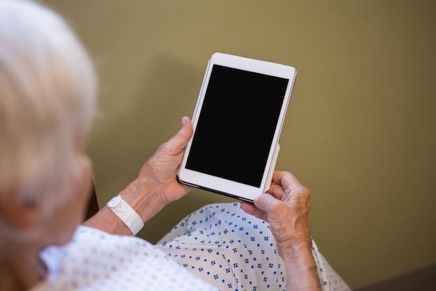 Starszy pacjent trzymając cyfrowy tablet
