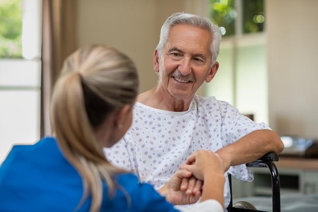 Starszy pacjent z lekarzem