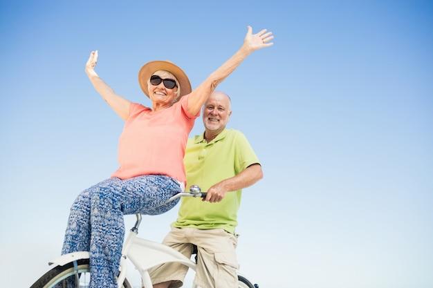 Starszy para idzie na przejażdżkę rowerem