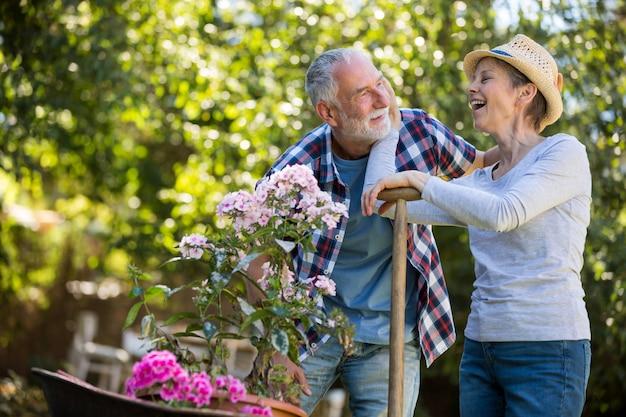 Starszy para interakcji ze sobą w ogrodzie