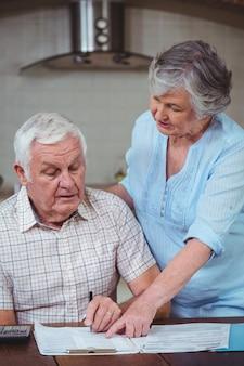 Starszy para obliczania rachunków