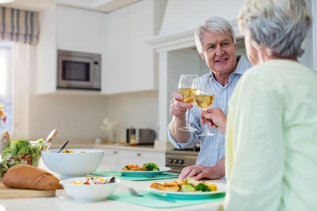 Starszy para opiekania kieliszków wina