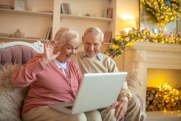 Starszy para po rozmowie wideo