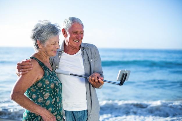 Starszy para przy selfie
