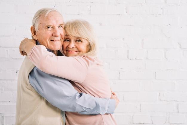 Starszy para przytulanie
