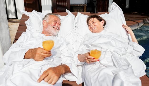 Starszy para relaksująca