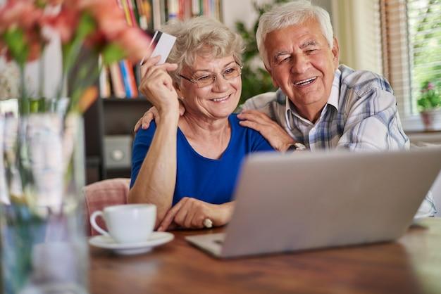 Starszy para robi zakupy online
