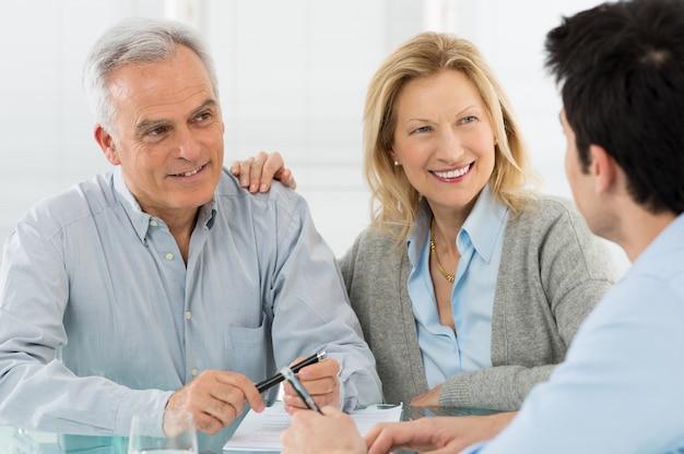 Starszy para rozmawia z konsultantem