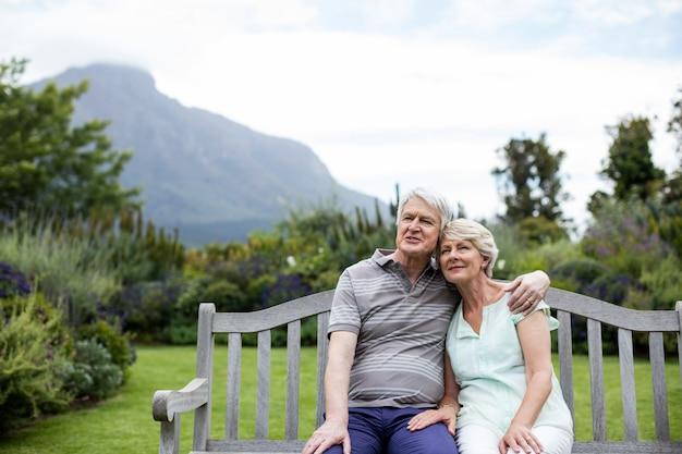 Starszy para siedzi na ławce