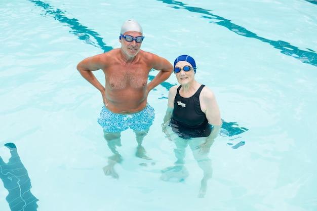 Starszy para stojących razem w basenie