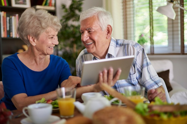 Starszy para szuka informacji