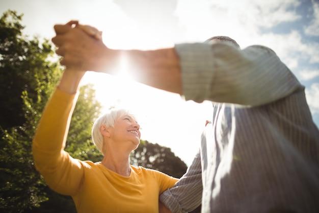 Starszy para tańczy w parku