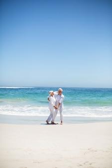 Starszy para taniec na plaży