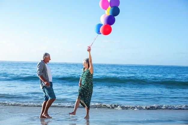 Starszy para trzymając balony