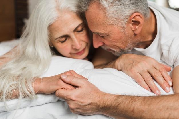 Starszy para trzymając się za ręce