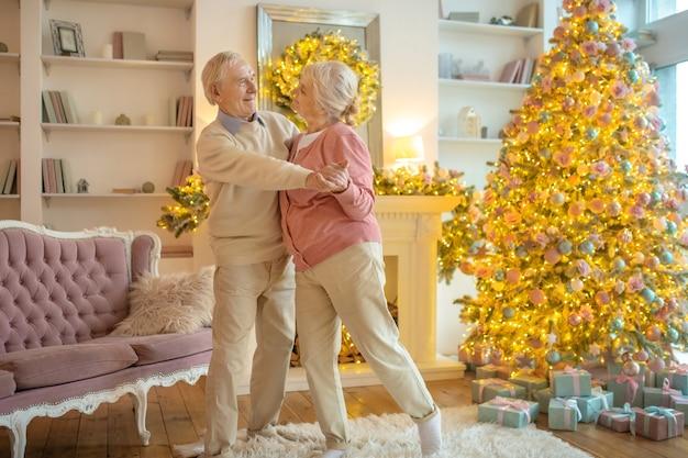 Starszy para w domu na boże narodzenie