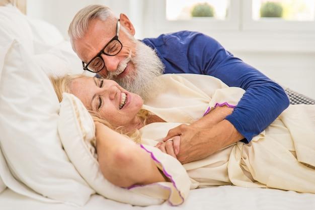 Starszy para w domu